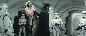 Darth Vader interroga a un prisionero