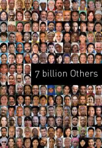 Cartel de 7 billion Others, de Yann Arthus-Bertrand.